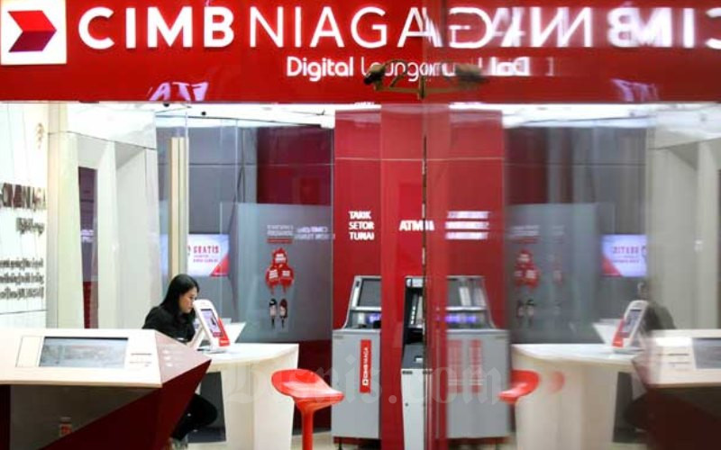 Karyawati beraktivitas di salah satu cabang Bank CIMB Niaga di Jakarta. Bisnis - Arief Hermawan P