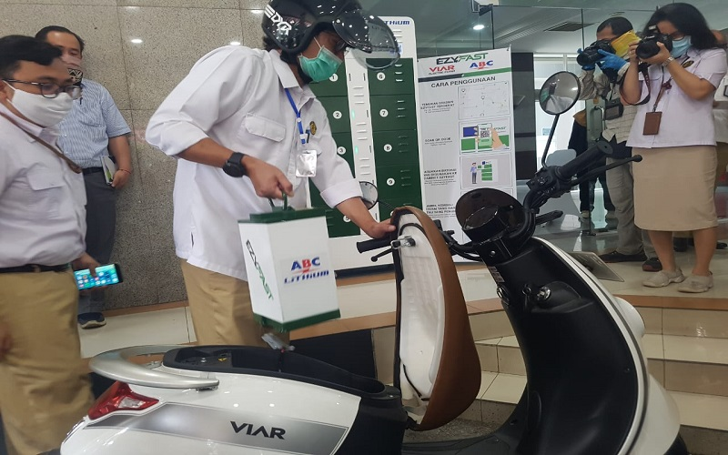 Direktur Jenderal Ketenagalistrikan Kementerian ESDM Rida Mulyana melakukan uji coba penukaran baterai kendaraan listrik pada Stasiun penukaran baterai kendaraan listrik umum (SPBKLU) di kantor Ditjen Ketenagalistrikan di Jakarta, Senin (31/8/2020). - Bisnis/Denis Riantiza M.