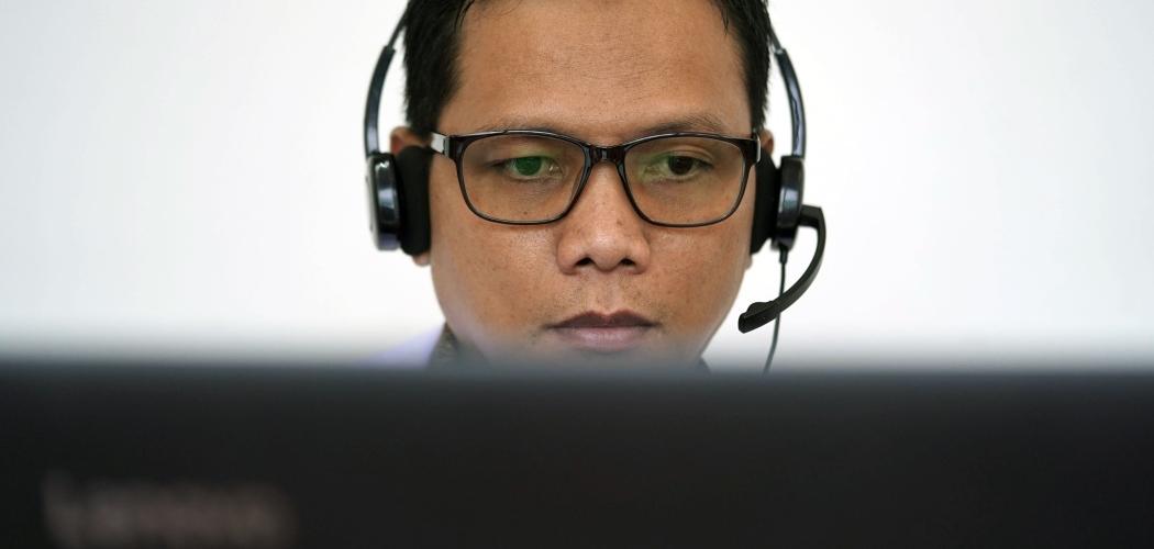 Seorang dokter sedang melayani konsultasi dengan pasiennya menggunakan platform kesehatan daring Halodoc di kantor pusat platform tersebut di Jakarta, Kamis (11/7/2019). - Bloomberg/Dimas Ardian