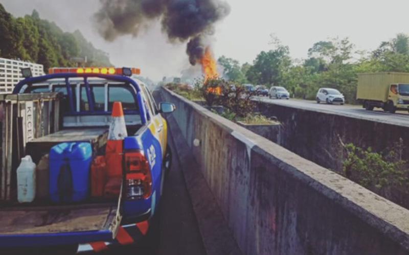 Truk boks terbakar di ruas Tol Sentul. Foto: ptjasamarga