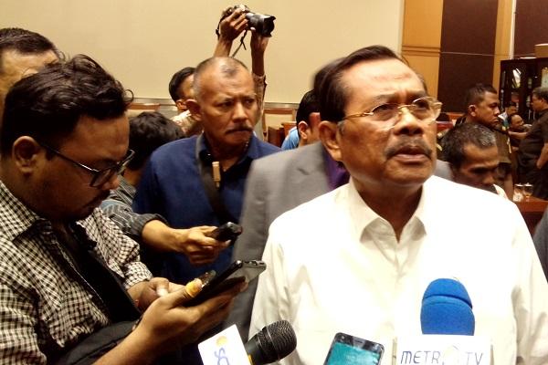 Muhammad Prasetyo (berbaju putih) meladeni pertanyaan pers usai Rapat Kerja Komisi III DPR di Jakarta, Senin (16/7/2018). - Bisnis.com/Samdysara Saragih