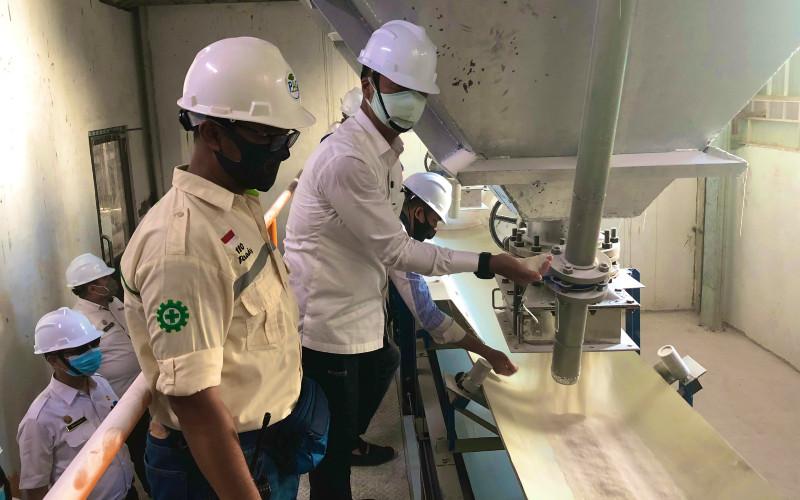 Menteri Perindustrian Agus Gumiwang Kartasasmita mengunjungi Pabrik Gula PAG Bombana di Desa Watu-watu, Lantari Jaya, Bombana, Sulawesi Tenggara, Rabu (26/8/2020).  - Kemenperin