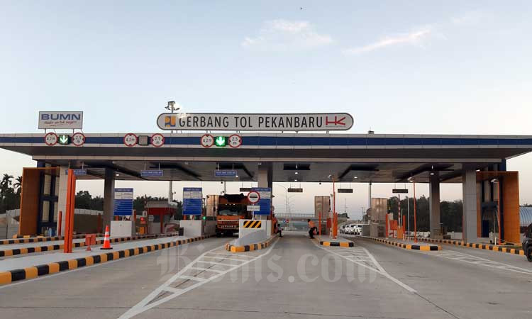 Truk berada di gerbang tol Pekanbaru, Provinsi Riau, Jumat (21/2 - 2020). Ruas tol Pekanbaru/Dumai ditargetkan rampung pada April 2020. Peningkatan infrastruktur termasuk lewat Trans Sumatra diharapkan bisa meningkatkan perekonomian dan dongkrak daya saing Indonesia. Bisnis/Agne Yasa.