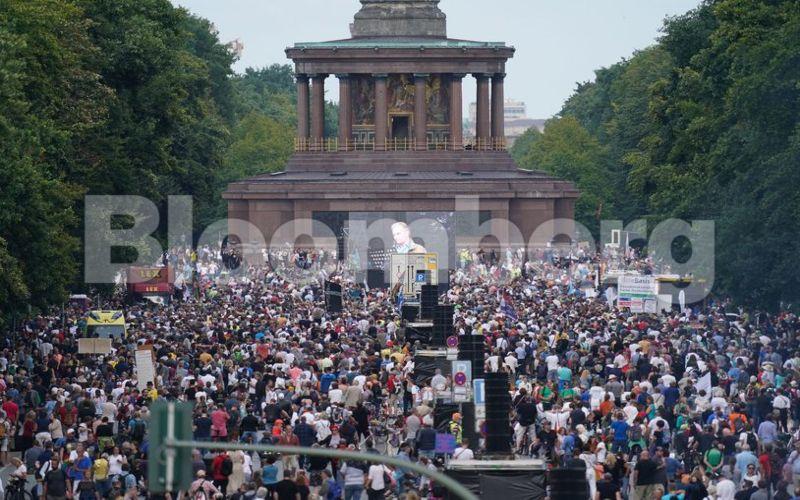 Aksi demonstrasi di Berlin, Jerman. Setidaknya ada sekitar 18.000 orang turun ke jalan pada Sabtu (29/8/2020) untuk menolak langkah pembatasan yang dilakukan pemerintah Jerman akibat penyebaran Covid-19 yang semakin meningkat.  - Dokumen Bloomberg