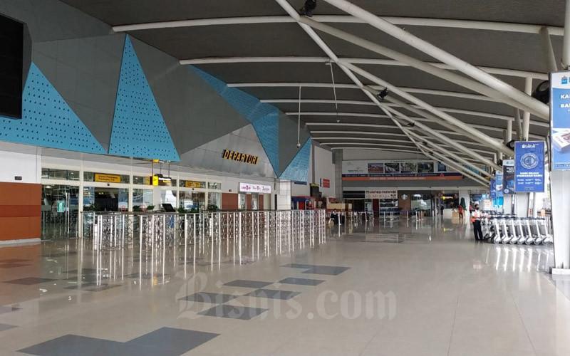 Suasana ruang keberangkatan Bandara Sultan Hasanudin, Makassar Sulawesi Selatan masih tampak sepi pada hari Kamis 7 Mei 2020.  - Bisnis/Paulus Tandi Bone