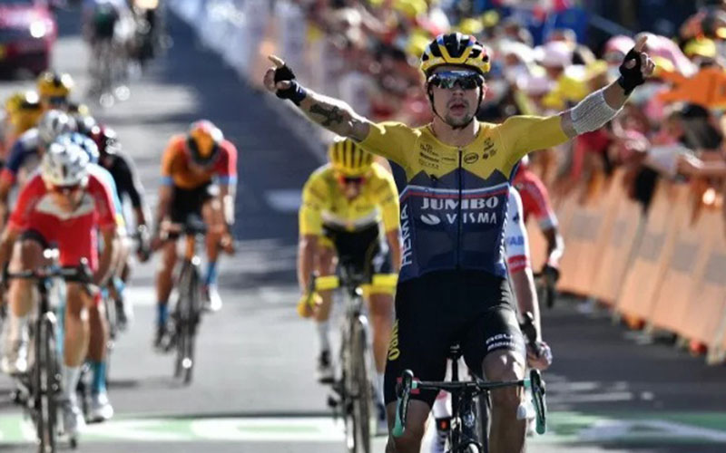 Pebalap Team Jumbo Visma, Primoz Roglic, ketika finis terdepan di etape IV Tour de France 2020. - Antara/AFP