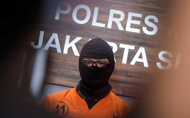 Aktor Dwi Sasono saat dihadirkan penyidik Satnarkoba pada rilis kasus narkoba di Polres Jakarta Selatan, Jakarta, Senin (1/6/2020). - Antara/Galih Pradipta