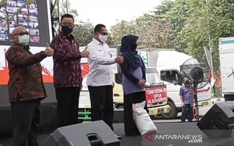 Menteri Sosial Juliari P Batubara (dua dari kiri) saat peluncuran bansos beras di Perum Bulog Kanwil DKI Jakarta Banten di Jakarta, Rabu (2/9/2020) (ANTARA - Desi Purnamawati)