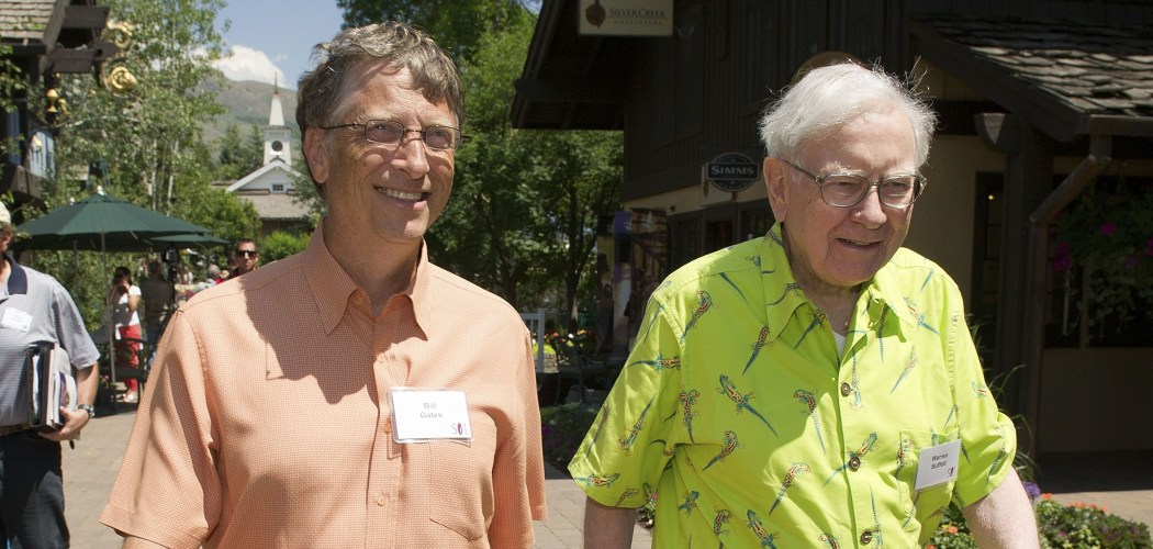 Chairman Berkshire Hathaway Inc. Warren Buffett (kanan) berjalan bersama Pendiri dan Chairman Microsoft Corp. Bill Gates (kiri) di Allen & Co. Media and Technology Conference di Sun Valley, Idaho, AS, Kamis (12/7/2012). - Bloomberg/David Paul Morris