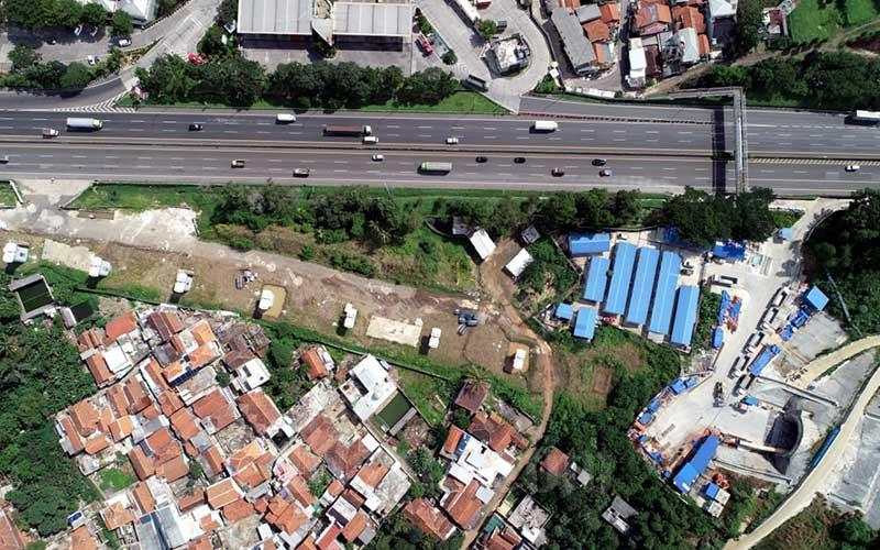 Foto udara proyek Kereta Cepat Jakarta-Bandung (KCJB) di salah satu tunnel atau terowongan di kawasan Tol Purbaleunyi KM 125, Cibeber, Cimahi Selatan, Jawa Barat, Kamis (2/4/2020). Bisnis - Rachman