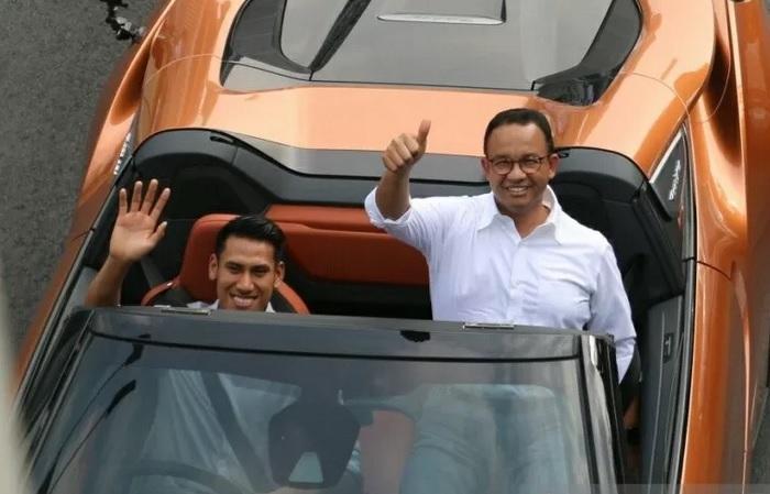 Gubernur DKI Jakarta Anies Baswedan mengikuti konvoi Jakarta E-Prix 2020 menaiki mobil listrik BMW i8 Roadster yang dibawa oleh pebalap Formula 2 Sean Gelael menuju Monas, Jakarta Pusat, Jumat (20/9/2019). - Antara