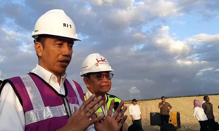 Presiden Joko Widodo menjawab pertanyaan wartawan seusai meninjau Tol Sigli-Banda Aceh di Aceh, Jumat (21/2 - 2020). Tol pertama di Aceh ini memiliki panjang total 74,2 kilometer dengan biaya investasi Rp12,35 triliun dan ditargetkan bisa rampung seluruhnya pada 2021. Bisnis/Agne Yasa.