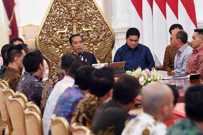 Presiden Joko Widodo (kiri) menerima pengurus Kamar Dagang dan Industri (Kadin) Indonesia dan pengurus Himpunan Pengusaha Muda Indonesia (Hipmi) di Istana Merdeka, Jakarta, Rabu (12/6/2019). - ANTARA/Wahyu Putro A
