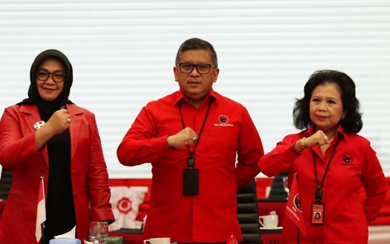 Sekjen PDIP Hasto Kristiyanto didampingi oleh Wasekjen PDIP Sadarestuwati dan Ketua DPP PDIP Wiryanti Sukamdani memberi penjelasan perihal calon yang diusung PDIP di Pilwalkot Surabaya 2020, Rabu (2/9/2020) di Jakarta. - Dok.PDIP