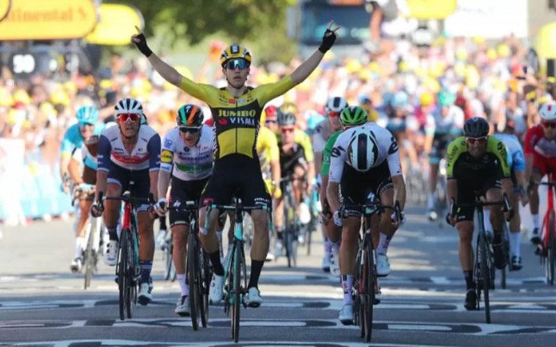 Pebalap sepeda Belgia Wout van Aert saat finis di etape V Tour de France./Antara - Reuters