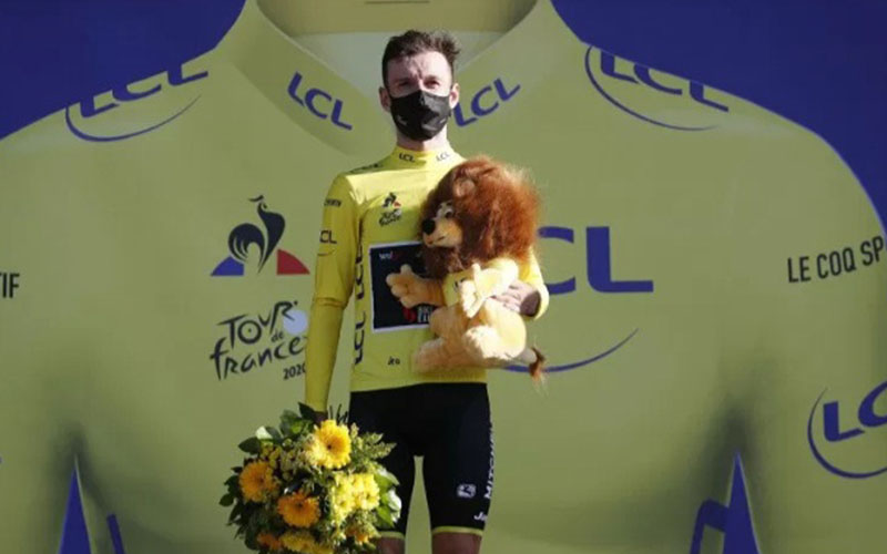 Adam Yates berhak mengenakan kaus kuning sebagai pemimpin klasemen sementara Tour de France./Antara - Reuters