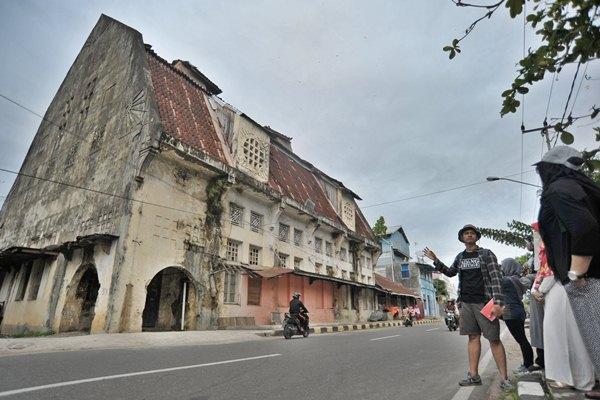 Sejumlah peserta mengikuti kegiatan Padang Heritage Walk di kawasan kota tua, Jl Batang Arau, Padang, Sumatra Barat, Minggu (9/4). - Antara/Iggoy el Fitra