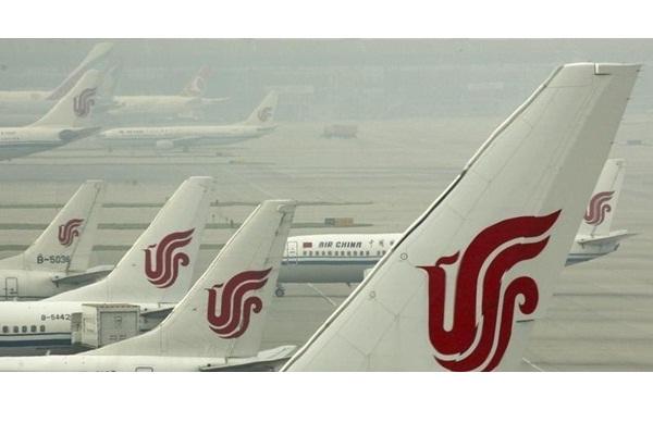 Pesawat Air China di Bandara Internasional Beijing, 11 July 2011. - REUTERS/David Gray