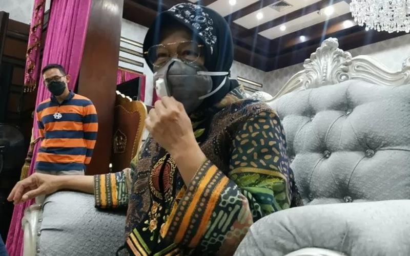 Wali Kota Surabaya Tri Rismaharini saat menggelar jumpa pers di rumah dinasnya Jl. Sedap Malam, Jumat (28/8/2020). - Antara