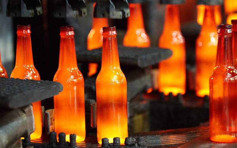 Proses pembuatan botol kaca.  - .o/i.com