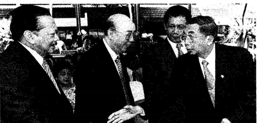 Soedono Salim diapit oleh Oetojo Oesman (kiri) dan Sutiyoso (kanan) dalam peresmian Rumah Sakit Pondok Indah.  - Dok Bisnis Indonesia.