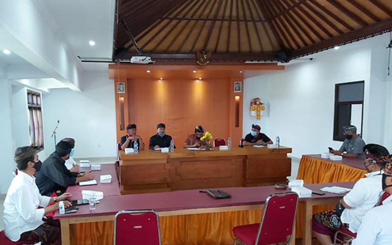 Pertemuan dalam menunjuk Beras Gubug Tabanan sebagai pilot project Optimalisasi RMU dihadiri OJK Regional 8, Komisaris Utama Bank BPD Bali, Direktur Bagian Kredit Bank BPD Bali, Kepala Dinas Koperasi dan UKM Bali, Kepala Biro Perekonomian dan Administrasi Pembangunan Setda Bali. - Bisnis/Luh Putu Sugiari