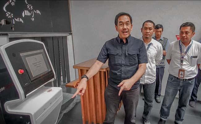 Direktur Utama PT Angkasa Pura II (Persero) Muhammad Awaluddin menunjukkan mesin check-in yang dilengkapi teknologi biometric facial recognition di Bandara Banyuwangi. - Istimewa