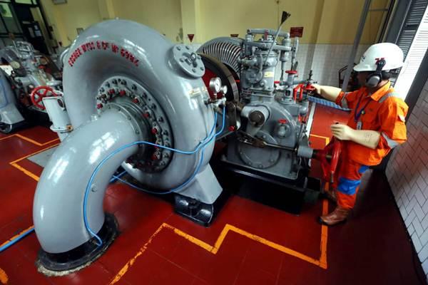 Teknisi mengoperasikan mesin turbin di Pembangkit Listrik Tenaga Air (PLTA) Bengkok, Dago, Bandung, Jawa Barat, Jumat (19/10/2018). - JIBI/Rachman