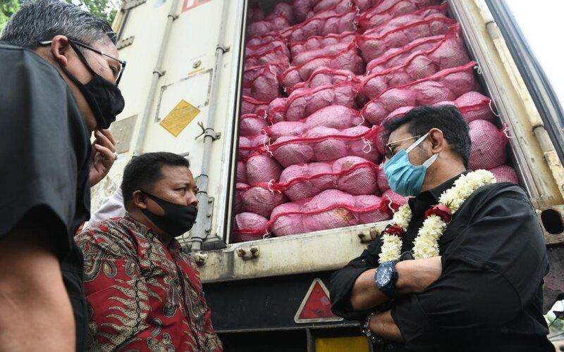 Menteri Pertanian (Mentan) Syahrul Yasin Limpo (kanan) melepas ekspor komoditas pertanian berupa sayuran kubis sebanyak 4 kontainer, masing-masing kontainer berisikan 25 ton kubis, dengan harga mencapai Rp40.000 per kilogram ke Taiwan, di Kab. Malang, Kamis (3/9/2020). - Istimewa