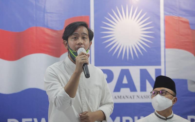 Bakal Calon Wali Kota Solo, Gibran Rakabuming Raka (kiri) bersama Ketua Umum Partai Amanat Nasional (PAN) Zulkifli Hasan (kanan) memberikan keterangan kepada wartawan saat pemberian berkas dukungan dari Partai Amanat Nasional (PAN) di Komplek Widya Chandra, Jakarta, Rabu (12/8/2020). Kunjungan Gibran dan Teguh dalam rangka bersilaturahmi dan meminta dukungan PAN atas pencalonan mereka maju dalam Pilwalkot Solo Desember mendatang. ANTARA FOTO - Reno Esnir