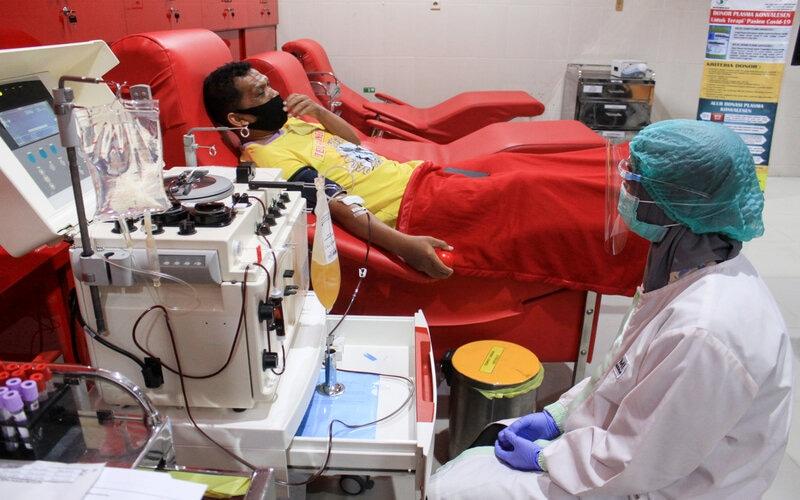 Pasien sembuh Covid-19 mendonorkan plasma darahnya di Unit Tranfusi Darah (UTD) PMI Sidoarjo, Jawa Timur, Sabtu (29/8/2020). Pengambilan Plasma konvalesen atau plasma darah dari pasien yang sembuh Covid-19 yang menggunakan alat apheresis tersebut bertujuan untuk membantu penyembuhan dan terapi pasien terkonfirmasi Covid-19. - Antara/Umarul Faruq