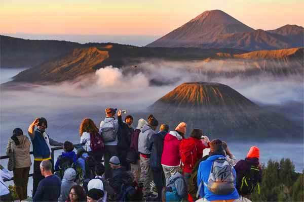 Wisatawan menikmati pemandangan Gunung Bromo dari penanjakan satu, di Probolinggo, Jawa Timur, Jumat (19/5). - Antara/Zabur Karuru