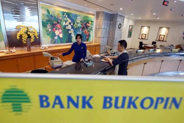 Karyawan melayani nasabah Bank Bukopin di Jakarta, Rabu (8/11). - JIBI/Abdullah Azzam