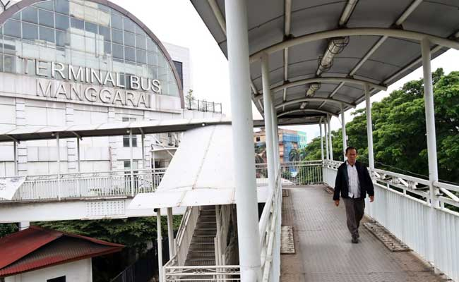 Warga melintas di Terminal Bus Manggarai, Jakarta, Rabu (12/02/2020). Bisnis - Eusebio Chrysnamurti