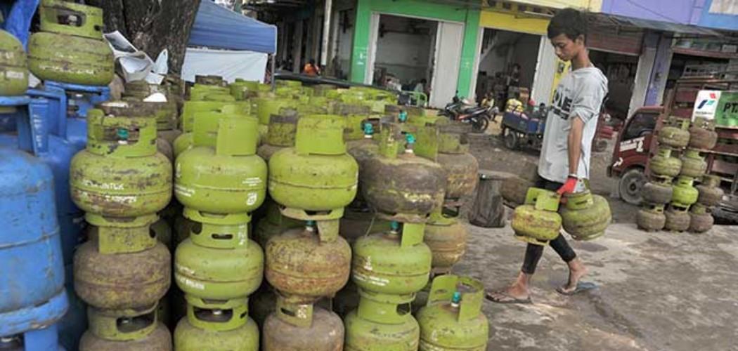 Pekerja mengangkut tabung LPG 3 kg di salah satu agen LPG di Palembang, Sumsel, Jumat (14/1/2020). - ANTARA FOTO/Feny Selly