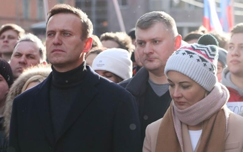 Pemimpin oposisi Rusia Alexey Navalny (kiri) dan istrinya, Yulia (kanan), berjalan bersama para pengunjuk rasa lainnya dalam sebuah demonstrasi di Moskow, Rusia, Sabtu (29/2/2020). - Bloomberg/Andrey Rudakov