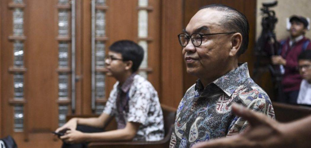 Terdakwa kasus dugaan suap proyek PLTU Riau-1 Johannes Budisutrisno Kotjo (kanan) bersiap menjalani sidang dengan agenda pembacaan nota pembelaan di Pengadilan Tipikor, Jakarta, Senin (3/12/2018).  - Antara