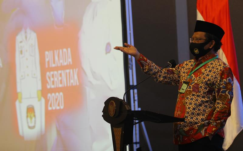Menteri Koordinator bidang Politik, Hukum dan Keamanan Mahfud MD memberikan arahan saat Rapat Koordinasi Kesiapan Pelaksanaan Pilkada Serentak Tahun 2020 di Surabaya, Jawa Timur, Jumat (26/6/2020). Rapat yang dihadiri perwakilan dari KPU Provinsi Jawa Timur, Bawaslu Jawa Timur dan sejumlah kepala daerah kabupaten - kota tersebut membahas isu strategis dalam rangka memantapkan pelaksanaan Pilkada serentak tahun 2020 dengan penerapan secara ketat protokol kesehatan untuk mencegah penyebaran COVID/19. ANTARA FOT