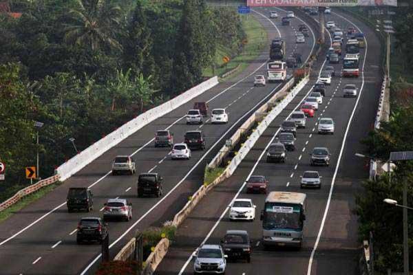 Pengendara yang pulang mudik memadati ruas jalan tol Cipularang di KM 100 Purwakarta, Jawa Barat, Sabtu (1/7). - JIBI/Dedi Gunawan