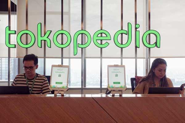 Karyawan beraktivitas di dekat logo Tokopedia di Jakarta, Selasa (28/1). - Bisnis/Himawan L. Nugraha