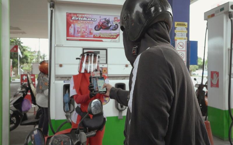 Ilustrasi: Pembeli BBM di SPBU Pertamina menggunakan sistem pembayaran nontunai.  - Pertamina