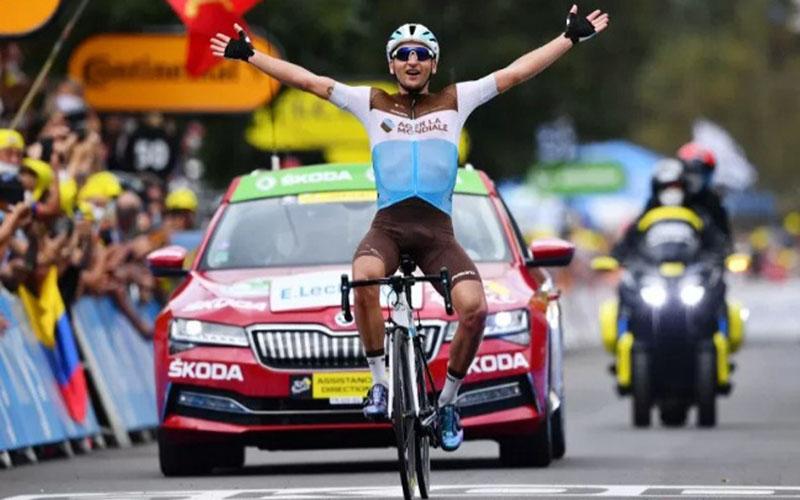 Pebalap tim AG2r La Mondiale Nans Peters finis pertama di etape kedelapan Tour de France./Antara - Reuters