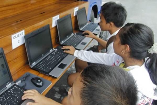 Sejumlah anak sedang mengakses situs melalui jaringan internet. - Antara
