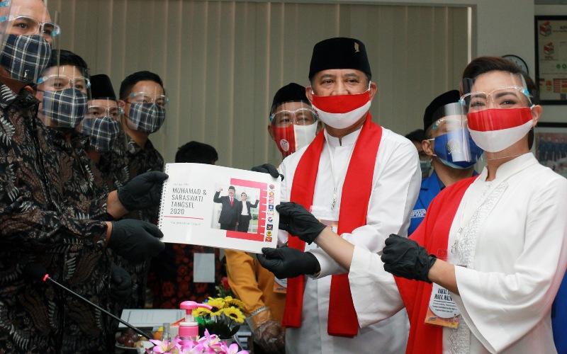 Pasangan bakal calon Wali Kota dan Wakil Wali Kota Tangerang Selatan, Muhamad (kedua kanan) dan Rahayu Saraswati (kanan) menyerahkan berkas pendaftaran ke Komisi Pemilihan Umum (KPU) Tangerang Selatan di Setu, Tangerang Selatan, Banten, Jumat (4/9/2020). Pasangan Muhamad dan Rahayu Saraswati yang diusung PDI Perjuangan, Partai Gerindra, PSI, PAN dan Partai Hanura resmi mendaftarkan diri sebagai kontestan pada Pemilihan Kepala Daerah (Pilkada) Kota Tangerang Selatan tahun 2020. - ANTARA FOTO/Muhammad Iqbal
