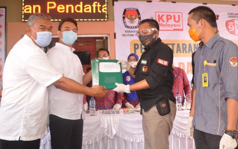 Yuri Kemal Padlullah, anak Yusril Ihza Mahendra mendaftar di KPU Belitung Timur untuk menjadi peserta Pilkada 2020, di Belitung, Bangka Belitung, Minggu 6 September 2020. - Antara/Ahmadi\r\n