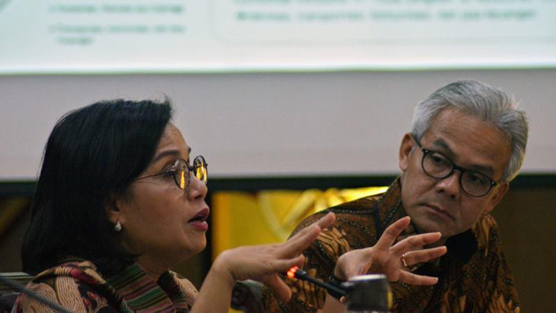 Menteri Keuangan Sri Mulyani (kiri) bersama Gubernur Jawa Tengah Ganjar Pranowo (kanan) saat memberikan pengarahan kepada para pejabat Pemprov Jateng, di Semarang, Jawa Tengah, Jumat (14/2/2020). -  ANTARA / R. Rekotomo