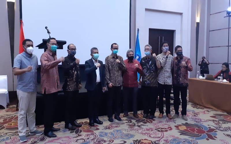 Dirjen Dikti Kemendikbud Nizam (tengah) bersama jajaran Tim Akselerasi Reka Cipta melakuka  konferensi pers menjelang peluncuran platform Kedai Reka di Jakarta, Senin (7/9/2020). JIBI - Bisnis/Mutiara Nabila