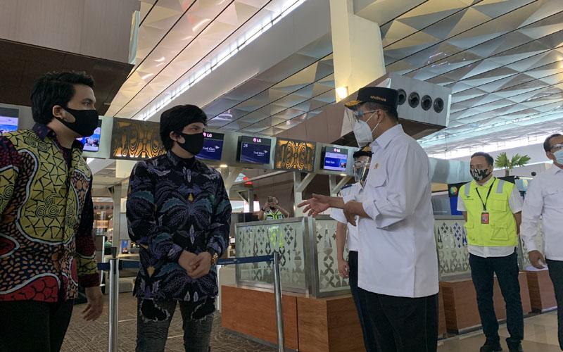 Atta Halilintar sedang berbincang dengan Menteri Perhubungan Budi Karya Sumadi (kanan) di Terminal 3 Bandara Soekarno-Hatta, Senin (7/9/2020).  - Dok. Istimewa