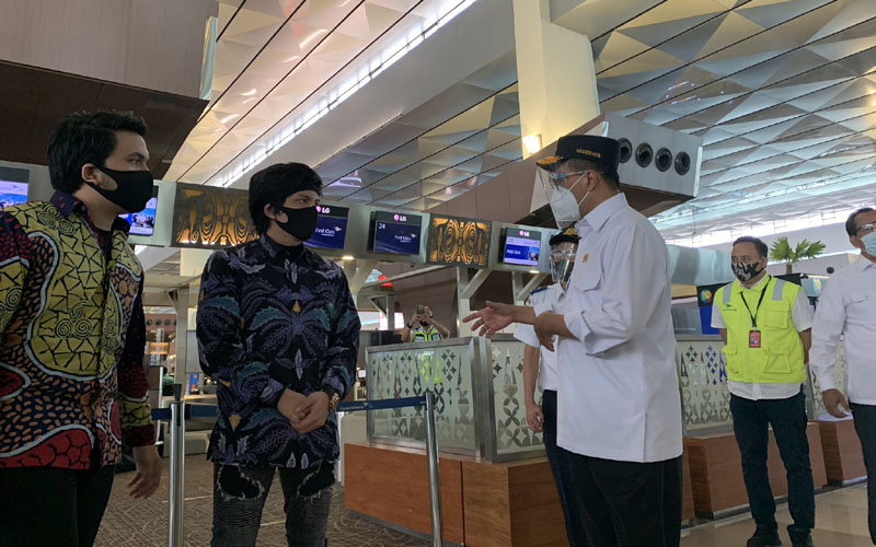 Atta Halilintar sedang berbincang dengan Menteri Perhubungan Budi Karya Sumadi (kanan) di Terminal 3 Bandara Soekarno-Hatta, Senin (7/9 - 2020). / Dok. Istimewa