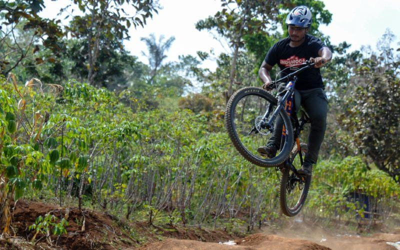 Atlet Downhill Jabar yang akan berlaga pada ajang PON XX, Pahraz Salman Alparisi melaksanakan latihan mandiri di Trek Sepeda Kancah Nangkub, Kabupaten Sumedang, Jawa Barat, Rabu (2/9/2020). Sepeda produksi Indonesia punya peluang di pasar domestik dan ekspor.  - ANTARA